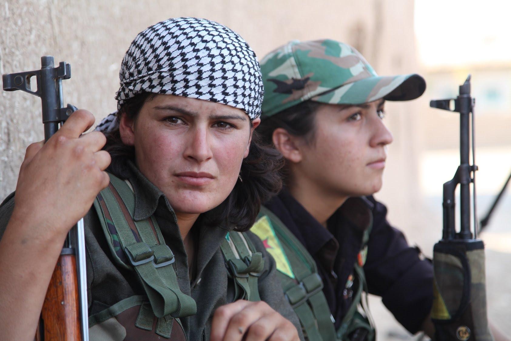 """التجربة النسوية المسلحة في سوريا والعراق: بين المقاتلات الكرديات وجهاديات """"داعش"""""""