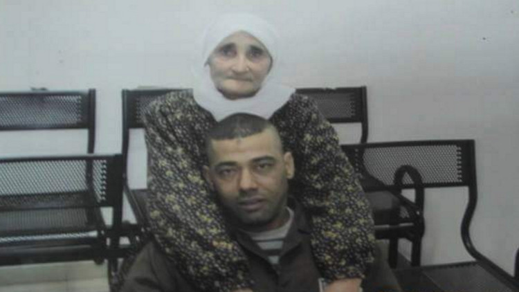 الأسير الفلسطيني ياسر حمدوني مع والدته