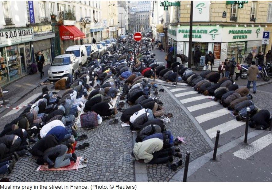 مسلمون يصلون في فرنسا