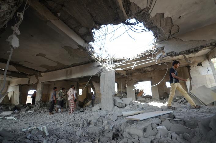 مواطنون يتفقدون مكان الغارة في مدينة الحديدة اليوم الأحد