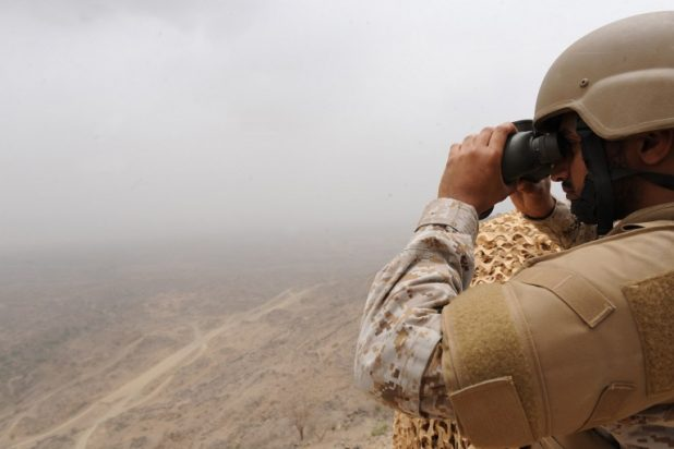 جندي تابع للحرس الحدود السعودي يتفقد منطقة جبل الدخان على الحدود السعودية - اليمنية (AFP)