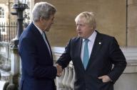 وزير الخارجية البريطاني بوريس جونسون (إلى اليمين) يصافح نظيره الأمريكي جون كيري في لندن يوم الاحد. صورة لرويترز من ممثل لوكالات الأنباء.