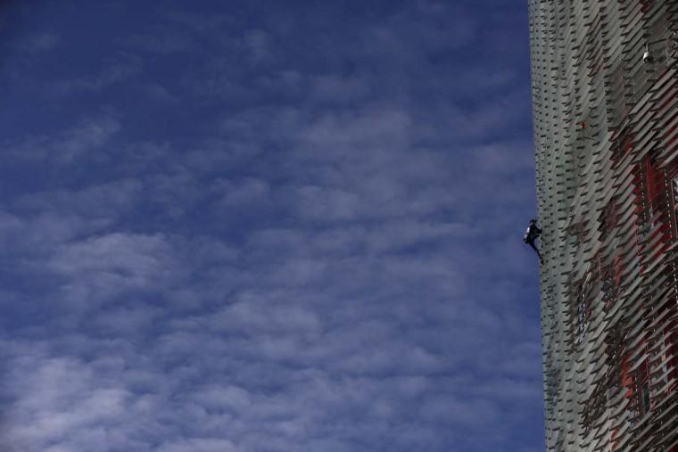 """""""سبايدرمان"""" يتسلق ناطحة سحاب في برشلونة بدون معدات"""