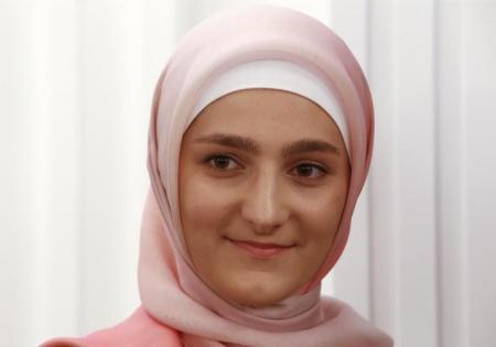 إبنة رئيس الشيشان تعرض أزياء من تصميمها