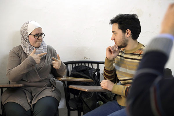 الصم والبكم في سوريا يتعلمون لغة الحرب