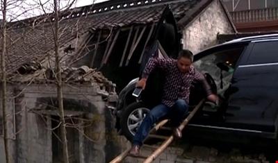 بالفيديو.. صيني يركن سيارته على سطح المنزل