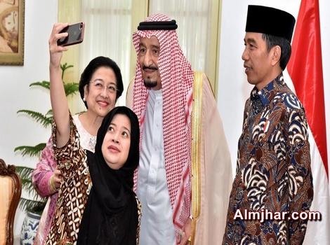 """العاهل السعودي يقبل """"السيلفي"""" أثناء جولته الآسيوية"""