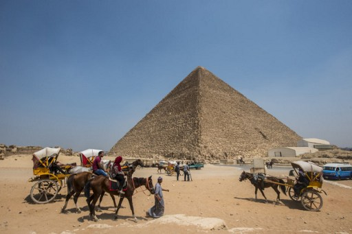 من بنى أهرامات مصر؟