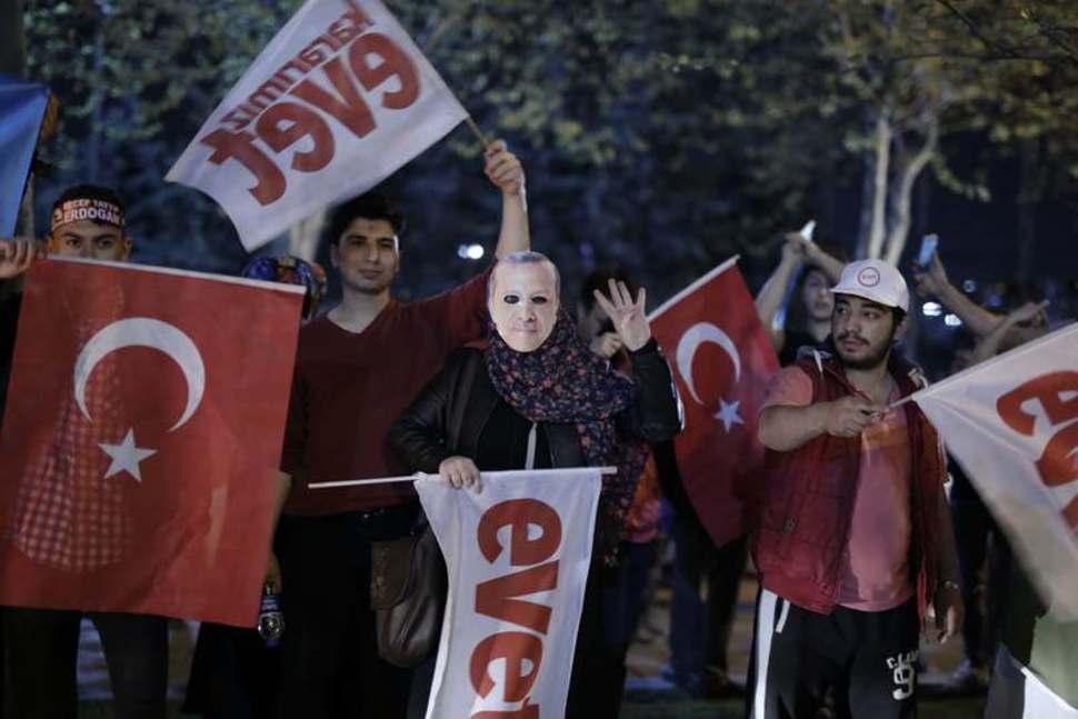 سكان اسطنبول يقرعون الطناجر احتجاجاً على نتيجة التصويت