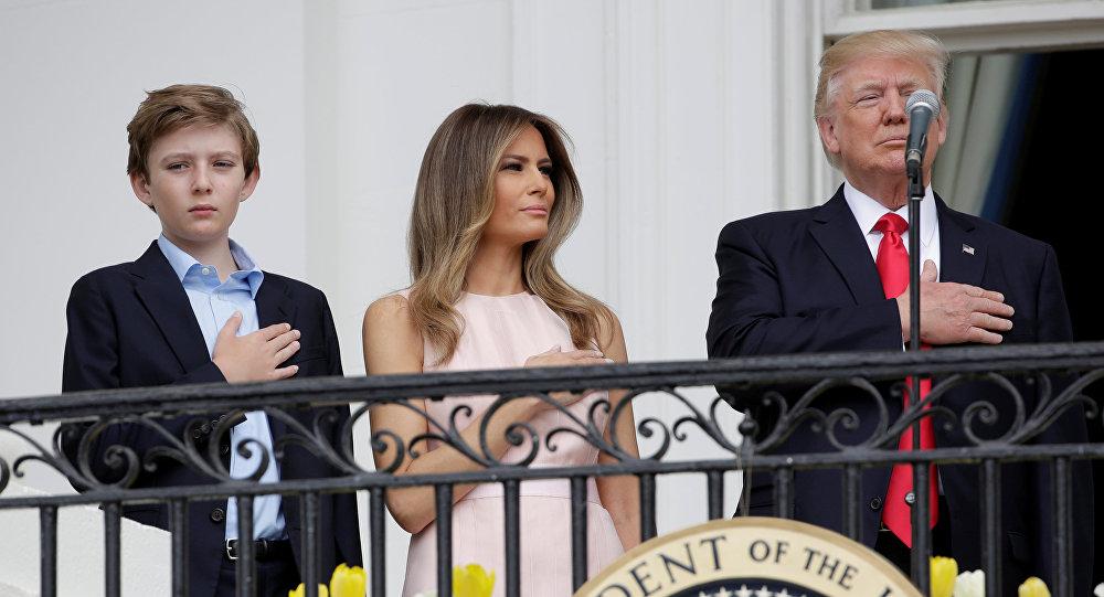 ميلانيا تضع يد ترامب في المكان الصحيح