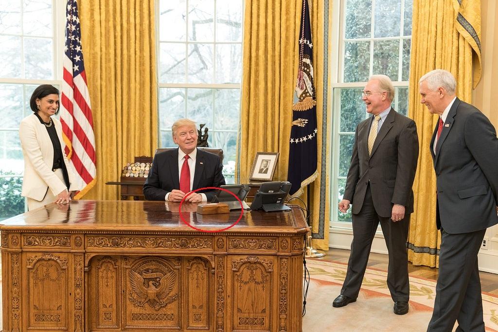 ما سر الزر الأحمر على طاولة ترامب؟