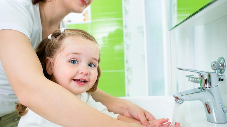 العلماء يصححون أخطاء غسل اليدين بالماء