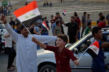 محتجون يحرقون إطارات في جنوب العراق مع تجدد الاضطرابات