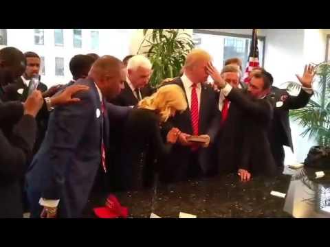 """صورة لقساوسة يصلون من أجل """"هداية"""" ترامب تثير جدلاً في أميركا"""