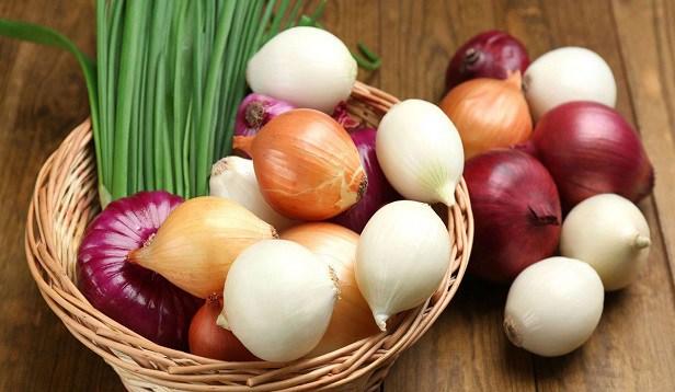 لا ترمي قشور البصل والثوم والبيض… استعمالات قيّمة لمخلّفات في مطبخك