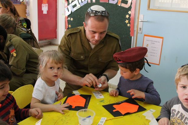 الجيش الإسرائيلي يدير مشروعاً لتهويد الجنود غير اليهود