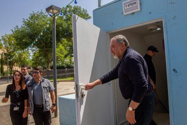 ليبرمان يلمّح إلى أنه لن يدعم منح نتنياهو حصانة برلمانية