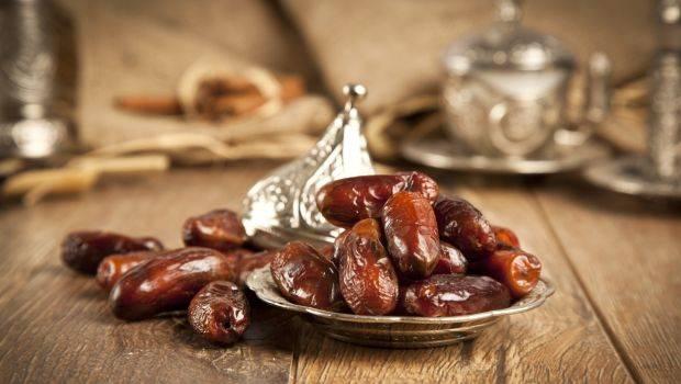 أيّهما أكثر فائدة في رمضان، التمر أم البلح؟