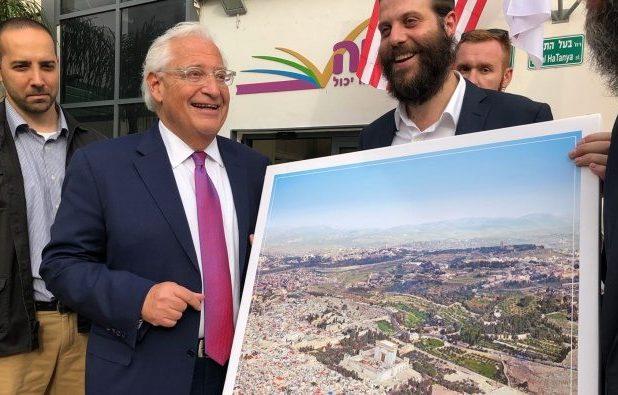 """السفير الأميركي يقبل صورة تضع  """"جبل الهيكل"""" بدل المسجد الأقصى"""
