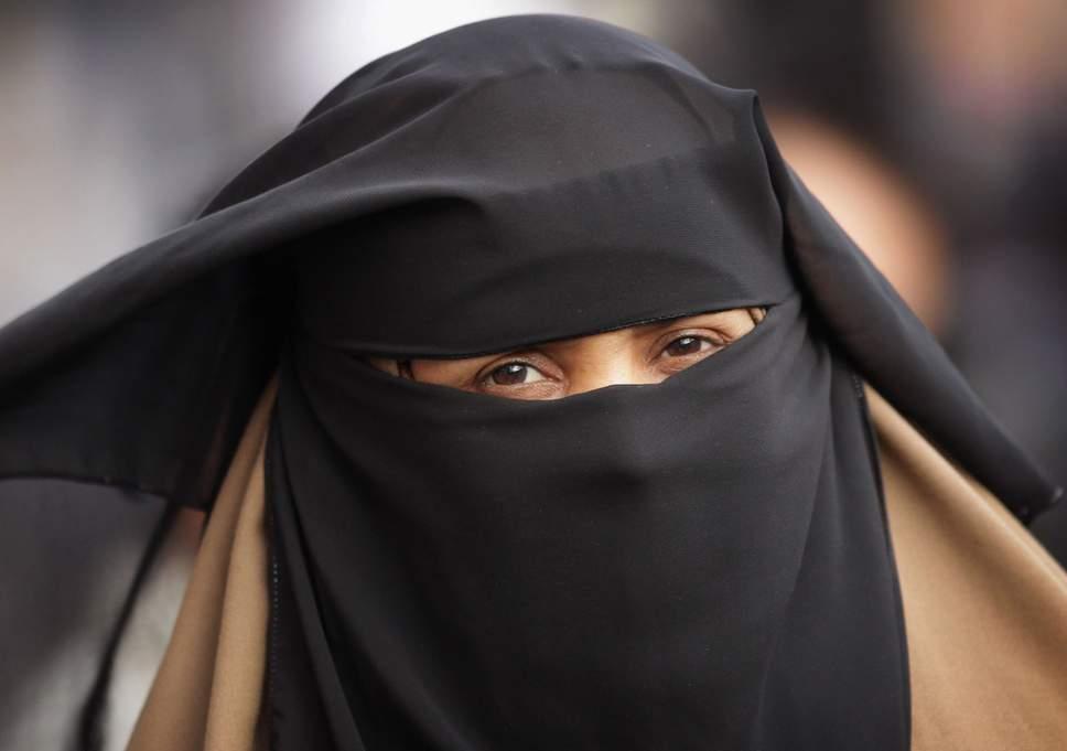 هولندا تحظر جزئياً ارتداء النقاب في الأماكن العامة