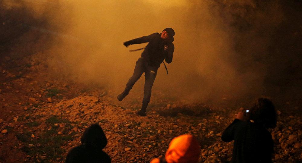 أمريكا تطلق الغاز المسيل للدموع لمنع مهاجرين من الدخول من المكسيك