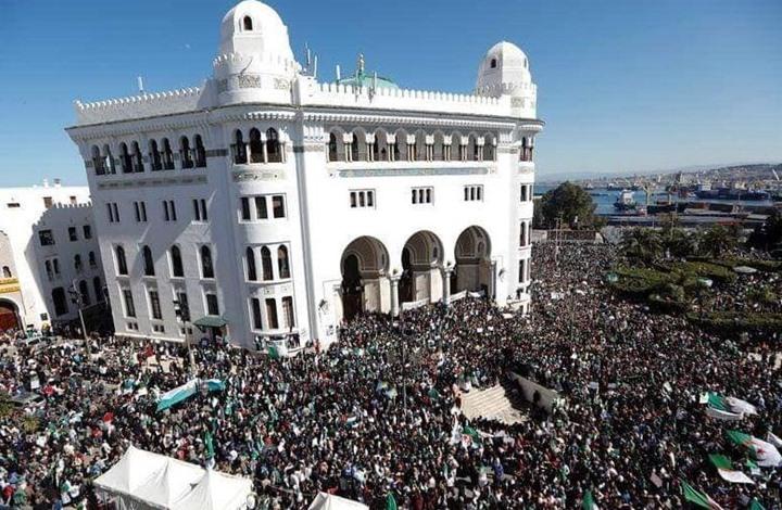 عشرات آلاف المحتجين في شوارع الجزائر للمطالبة بإصلاح جذري