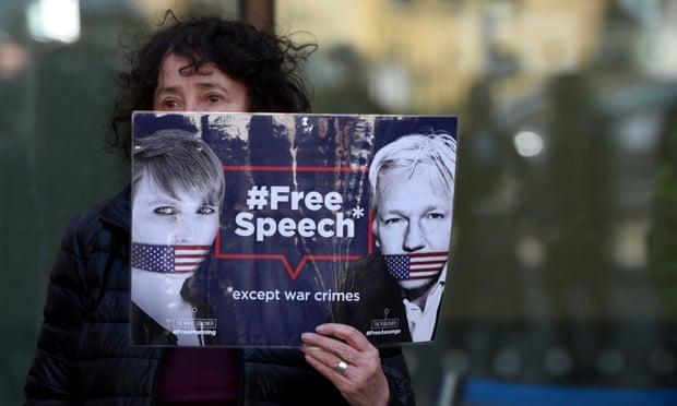 """""""الغارديان"""": اتهام جوليان أسانج اعتداء مباشر على حرية الصحافة"""