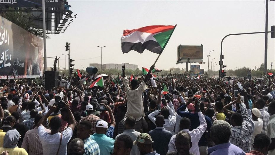 مئات الآلاف يحتشدون في الشوارع المحيطة بوزارة الدفاع السودانية