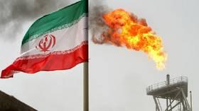 """""""بلومبرغ"""": إيران تخزن ملايين براميل النفط في الموانئ الصينية"""