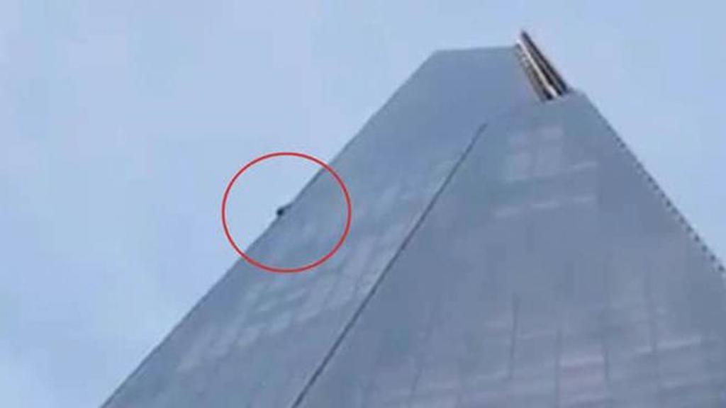 """رجل يتسلق ناطحة سحاب """"شارد """" في لندن"""