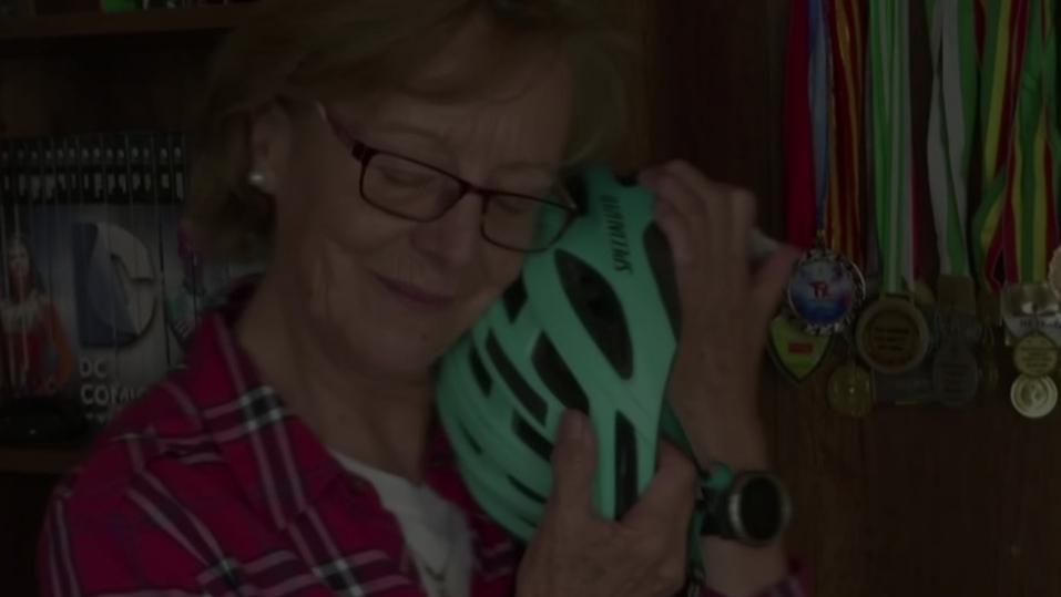 """بوليفية في السبعين من عمرها تجتاز """"طريق الموت"""" على دراجة"""