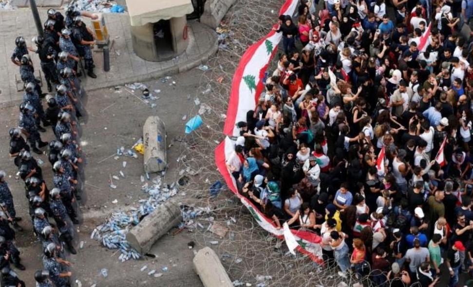 المحتجون يواصلون الضغط على حكومة لبنان مع قرب انتهاء مهلة الحريري
