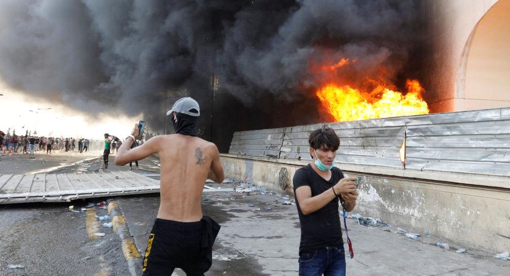 الشرطة: قوات الأمن العراقية تطلق النار على محتجين لمنعهم من اقتحام مطار بغداد
