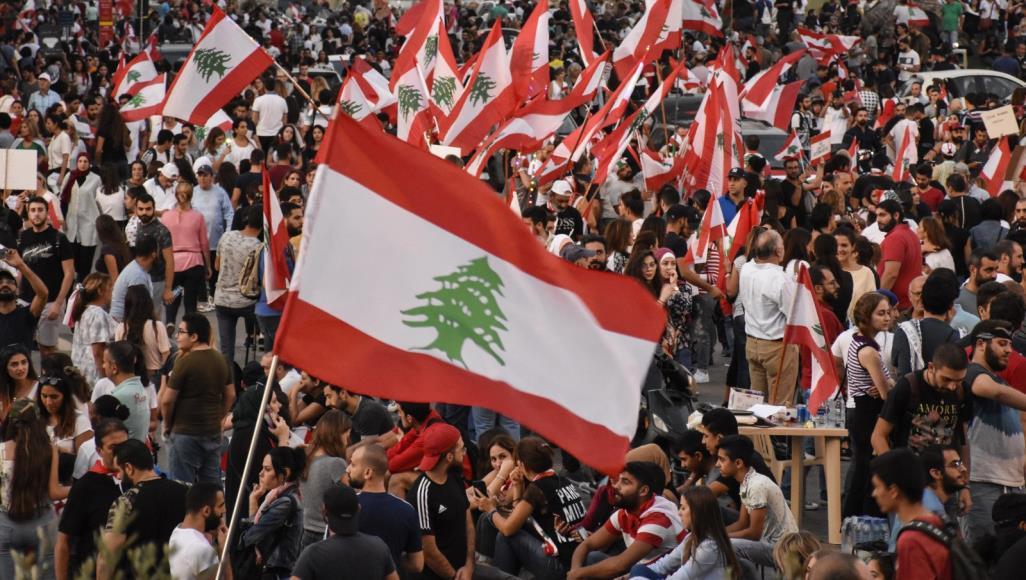 الجيش في لبنان يحاول فتح الطرق مع دخول الاحتجاجات يومها العاشر