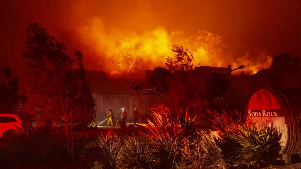 أوامر بإجلاء 180 ألف شخص بسبب حرائق الغابات شمال كاليفورنيا