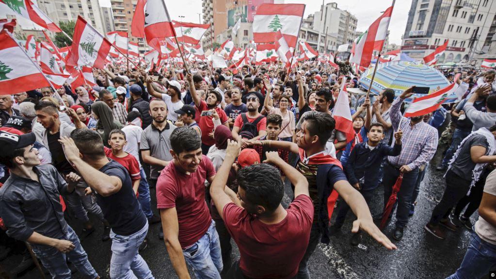 رئيس لبنان يدعو المحتجين للحوار ويلمح لتعديل حكومي والمتظاهرون يرفضون