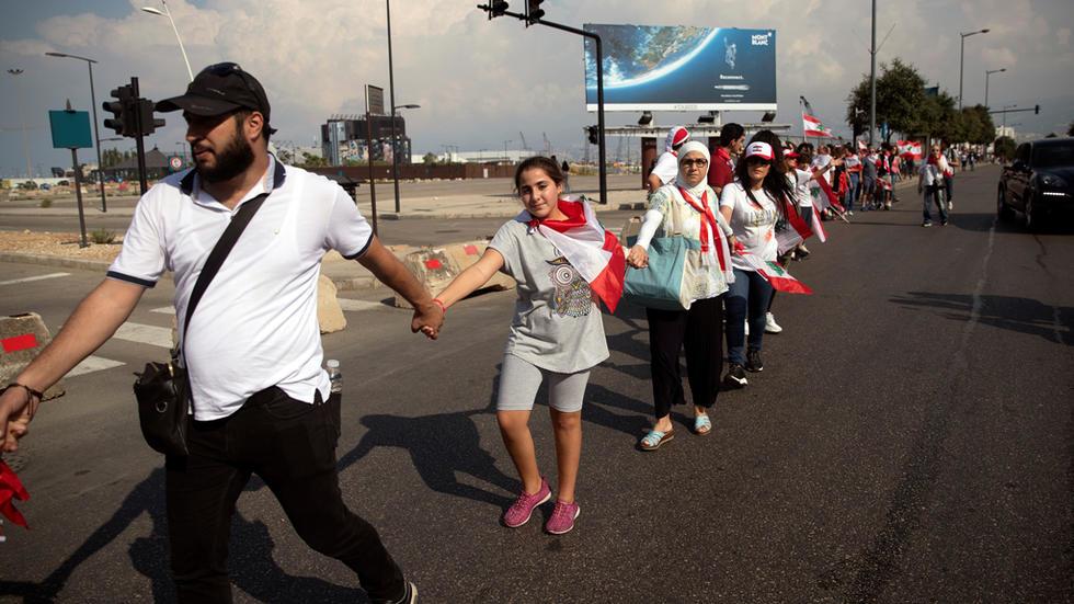 المحتجون في لبنان يشكلون سلسلة بشرية بطول 171 كيلومترا