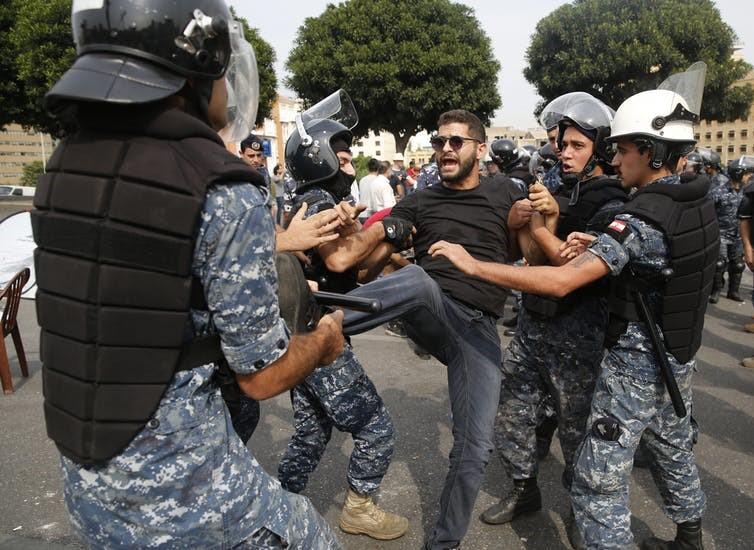 الاحتجاجات اللبنانية تهزم الانقسامات الطائفية العميقة