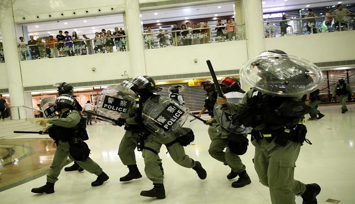 هونج كونج والصين تنددان بالاعتداء على وزيرة العدل والاحتجاجات تشل حركة المدينة