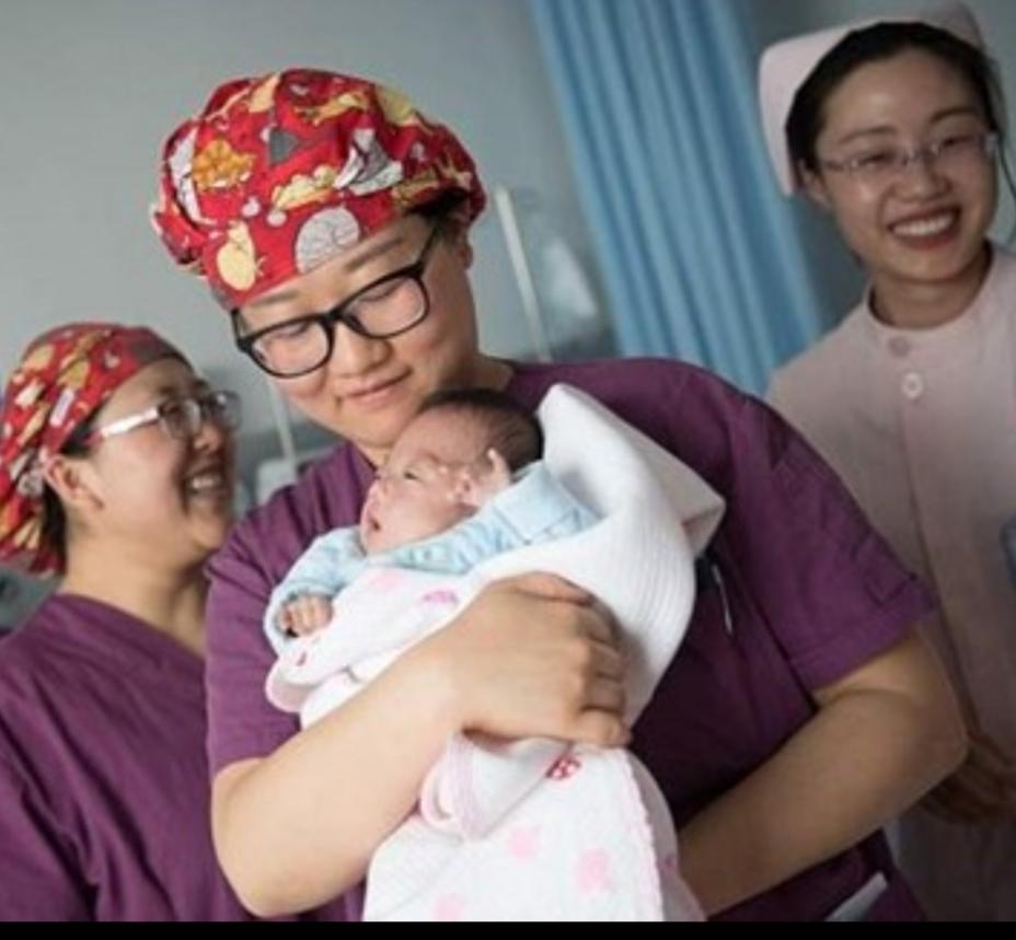 الصين: تغريم أم عمرها 67 عاماً لإنجابها طفلاً ثالثاً