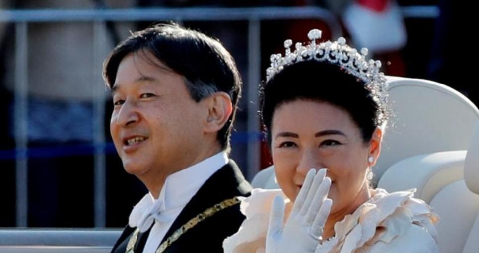إمبراطور اليابان وزوجته يجوبان شوارع طوكيو في موكب التتويج