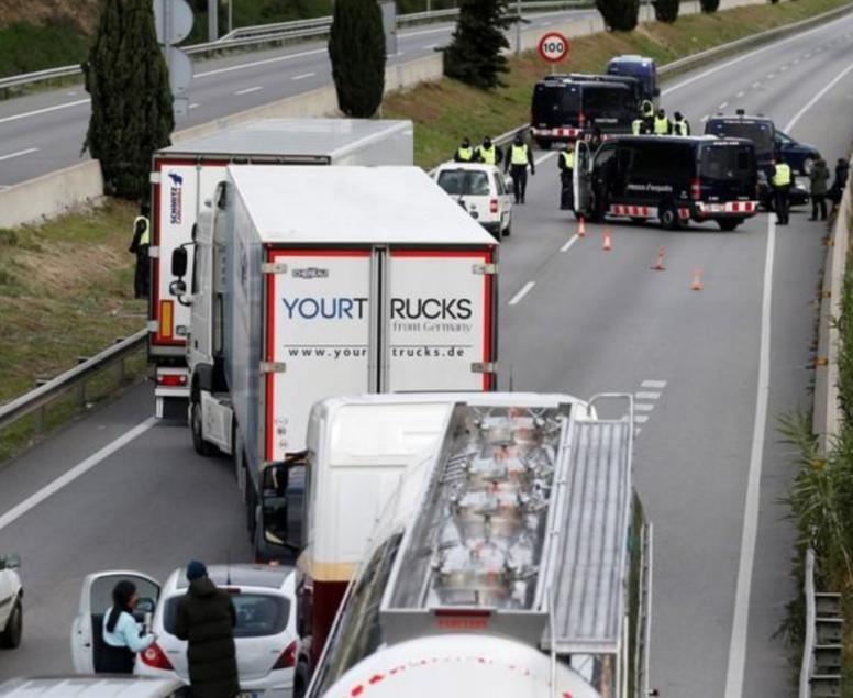 محتجون من أجل استقلال قطالونيا يغلقون طريقا رئيسيا بين إسبانيا وفرنسا