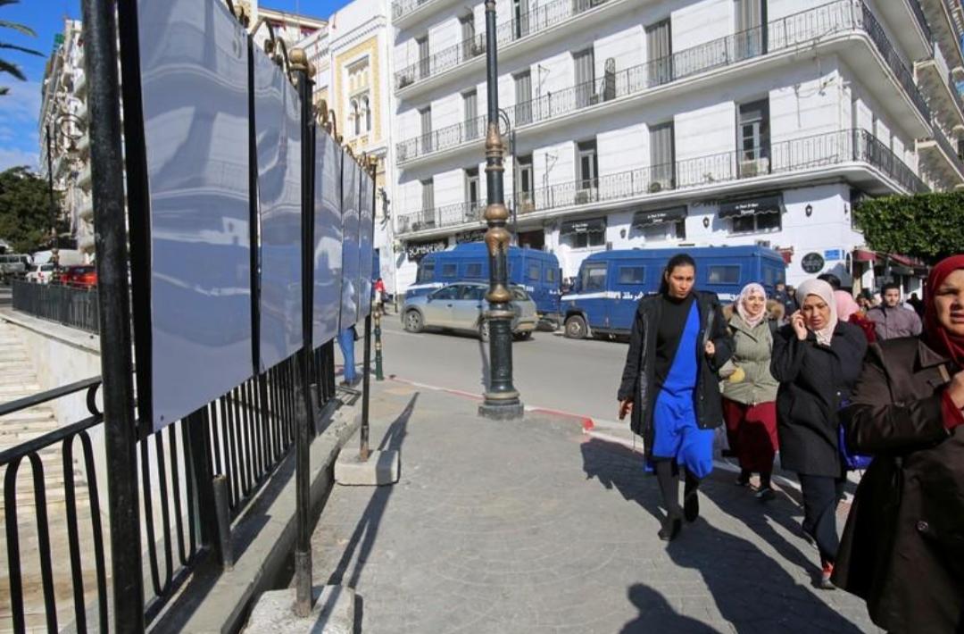 """المحتجون الجزائريون يرفضون حملة الانتخابات الرئاسية ويصفونها """"بالقمامة"""""""