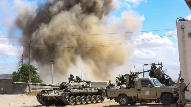 قوات شرق ليبيا تستهدف مستودع ذخيرة في مصراتة بضربات جوية