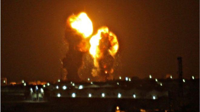 """غارات إسرائيلية على مواقع لـ""""حماس"""" في قطاع غزة"""