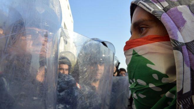 الاحتجاجات تجبر برلمان لبنان على تأجيل جلسته والبنوك تفتح أبوابها