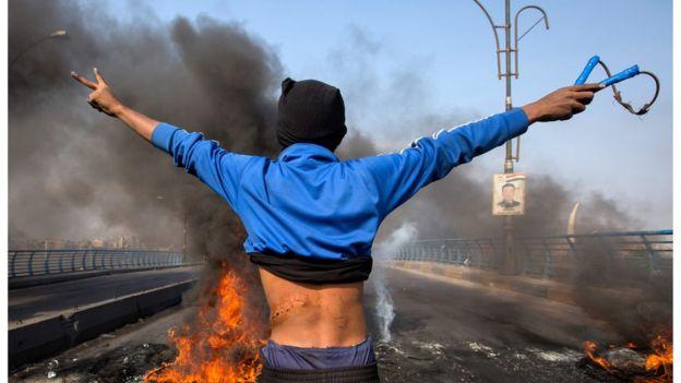 محتجون عراقيون يغلقون الطرق في تصعيد للضغوط