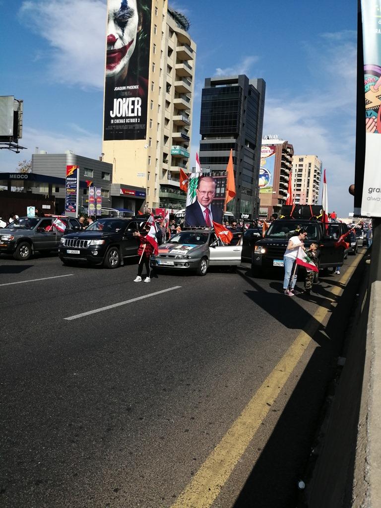 لبنانيون يتوافدون على القصر الرئاسي في مسيرة دعم للرئيس عون