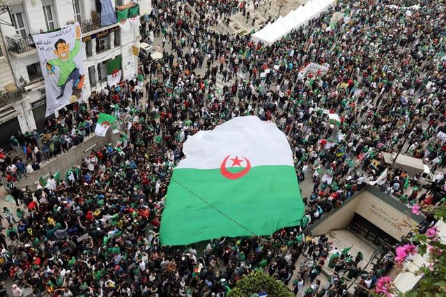 محكمة جزائرية تقضي بسجن 4 محتجين