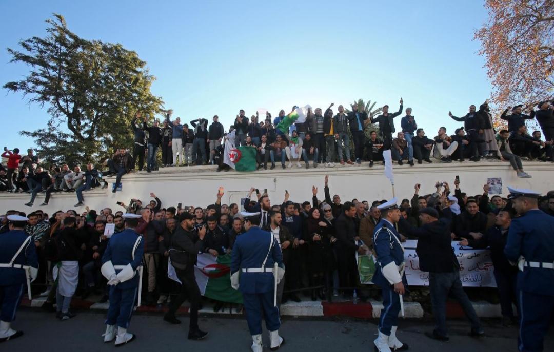 مئات الآلاف يشيعون رئيس أركان الجيش الجزائري